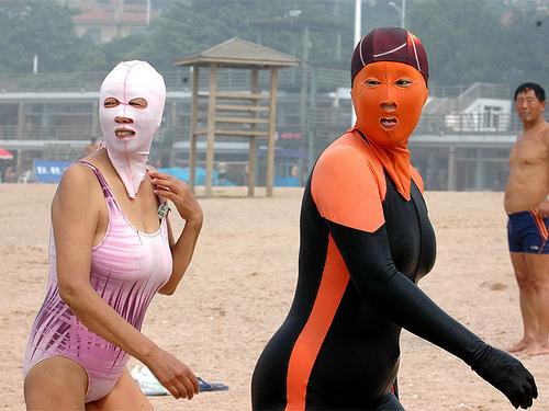 El 'facekini' se impone en China para evitar los efectos